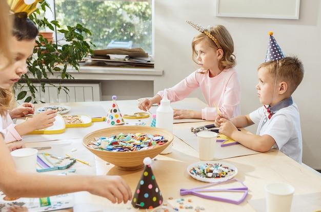 Les enfants et les décorations d'anniversaire.