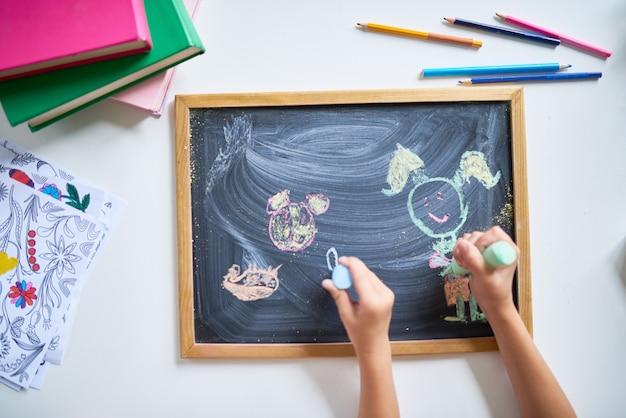 Enfants dessin sur tableau noir