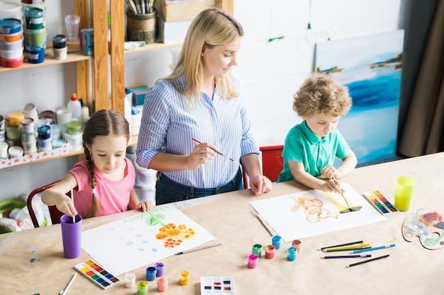 Enfants dessinant en classe d'art