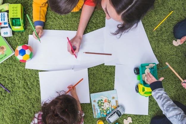 Enfants dessinant et jouant