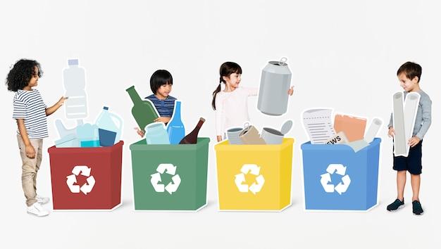 Enfants divers heureux de recyclage des ordures