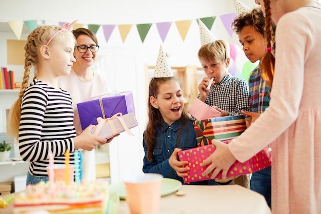 Enfants donnant des cadeaux d'anniversaire