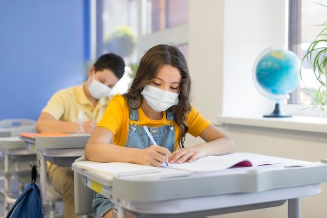 Enfants à l'école avec des masques