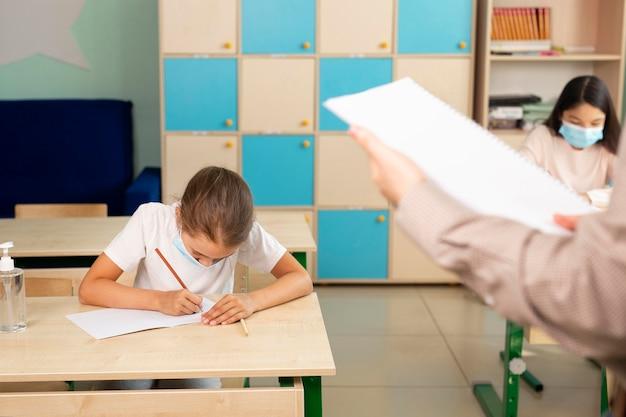Enfants à l'école pendant le concept de covid