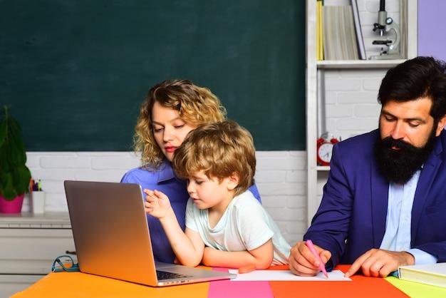 Enfants d'éducation de famille d'école de septembre au garçon préscolaire de l'école primaire avec des parents dedans