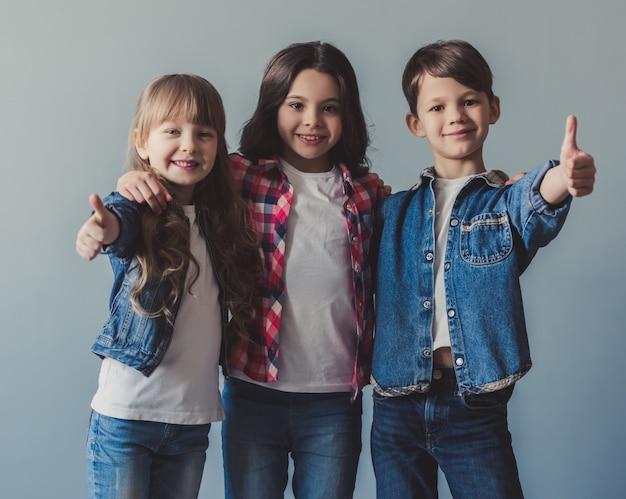 Enfants élégants heureux
