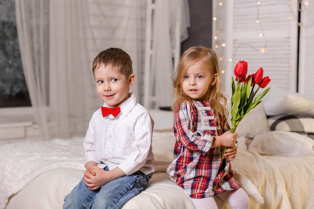Les enfants élégants mignons aiment les enfants heureux dans des vêtements décontractés