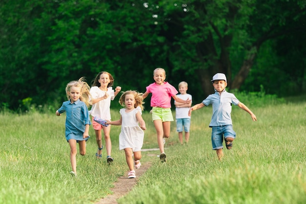 Enfants, enfants courant sur le pré, été