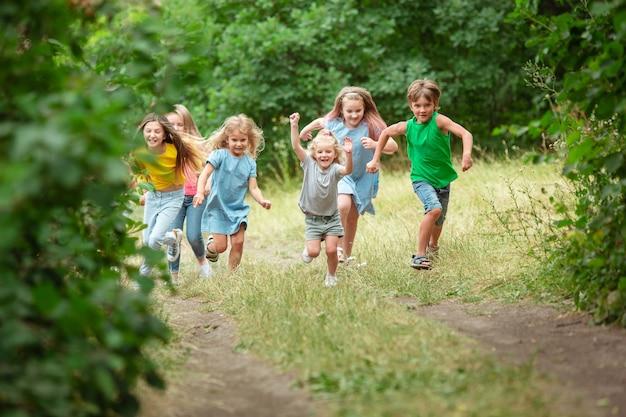 Enfants, enfants courant sur le pré vert