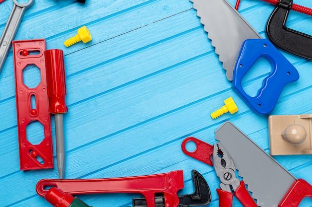 Enfants, enfants jouets colorés, outils, clés, fond d'instrument avec espace copie