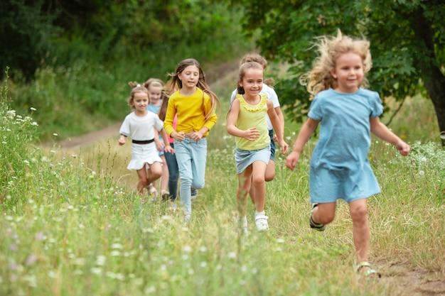 Enfants, enfants qui courent sur le pré vert