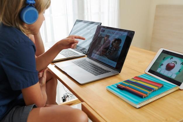 Enfants étudiant en ligne