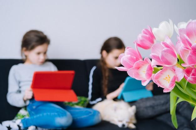 Enfants étudiant à la maison