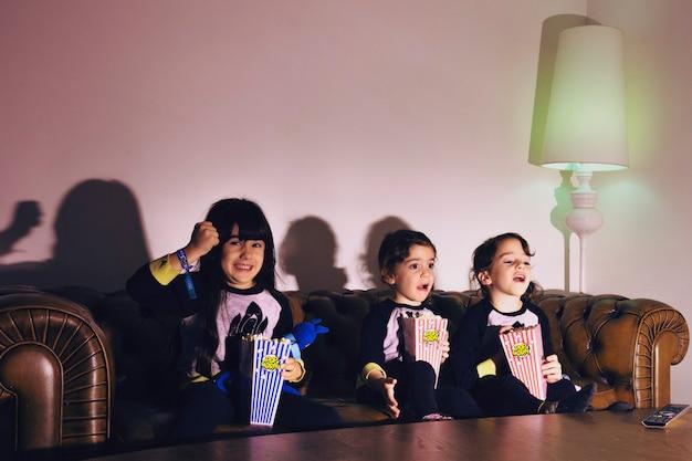 Enfants excités avec du pop-corn s'amuser