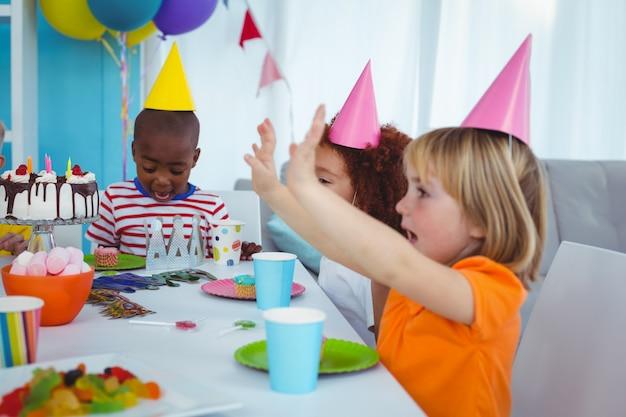 Enfants excités profitant d'une fête d'anniversaire