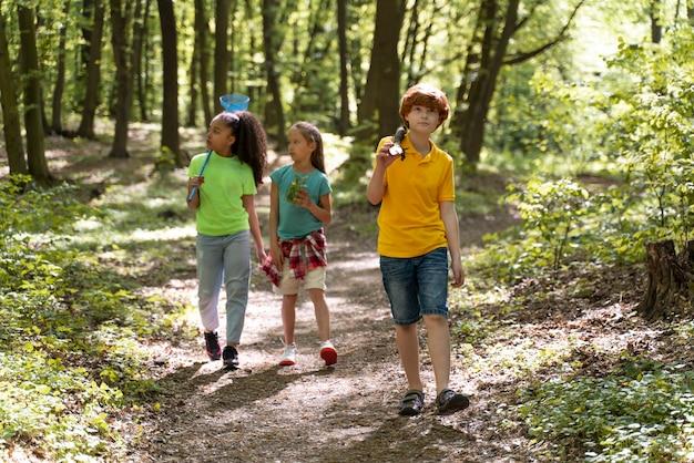 Enfants explorant ensemble la nature