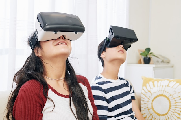Enfants explorant la réalité virtuelle