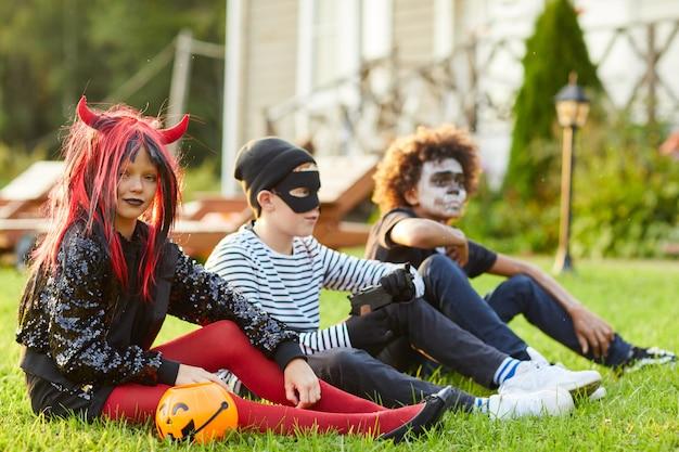 Enfants à l'extérieur le jour de l'halloween