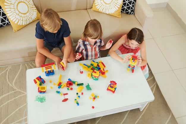 Enfants fabriquant des tours et des robots