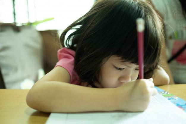 Enfants à faire leurs devoirs