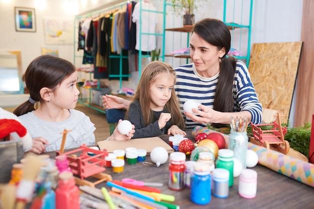 Enfants faisant des décorations de noël