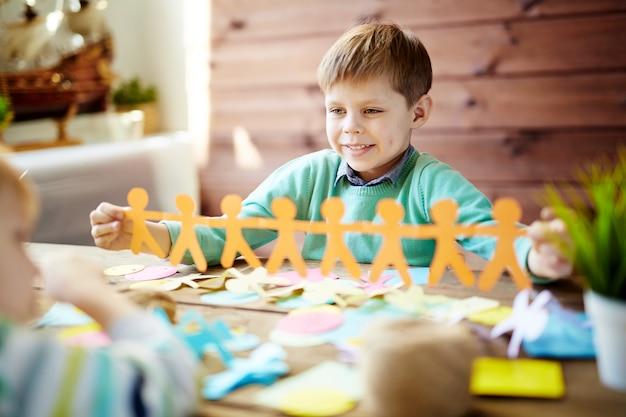 Enfants faisant du papercraft