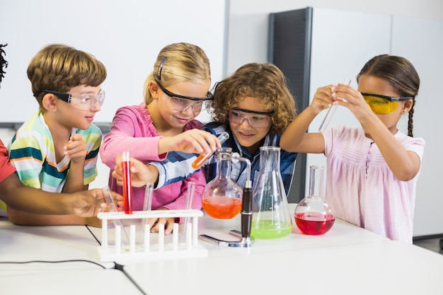 Enfants faisant une expérience chimique en laboratoire