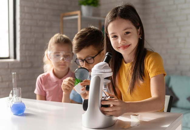 Enfants faisant des expériences coup moyen