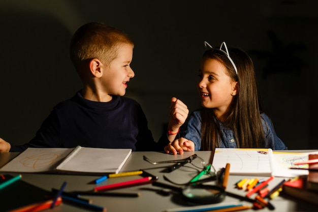 Enfants faisant leurs devoirs la nuit