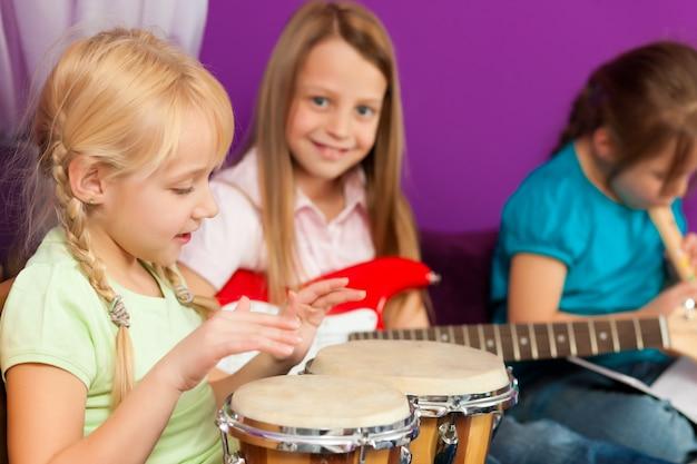 Enfants faisant de la musique