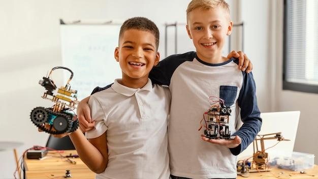 Enfants faisant un robot