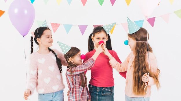 Enfants fêtant un anniversaire