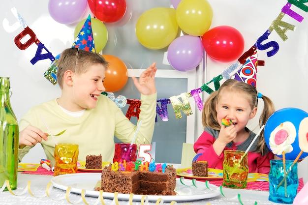 Enfants à la fête d'anniversaire drôle