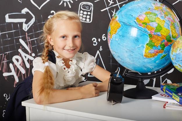 Enfants fille étudiant école premier septembre