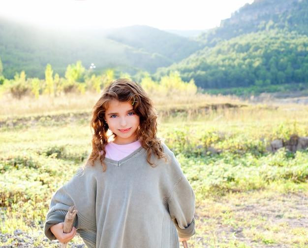 Enfants fille randonnée en montagne