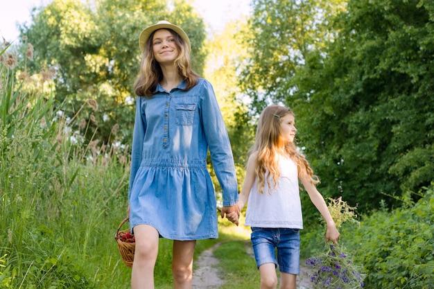 Enfants filles, sur, route forestière, tenant mains