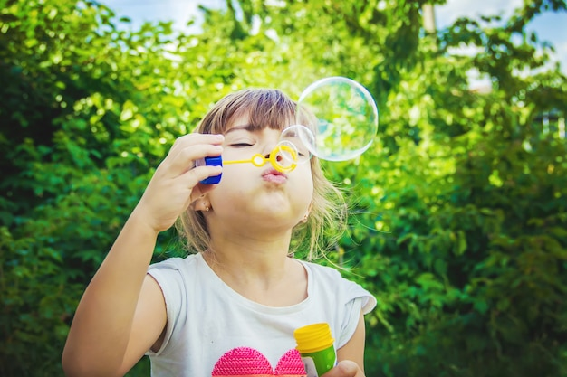 Les enfants font des bulles. mise au point sélective.