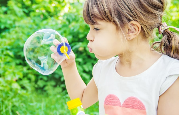 Les enfants font des bulles.