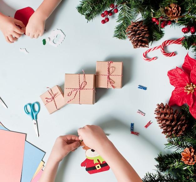 Les enfants font un décor pour un arbre de noël ou des cadeaux.