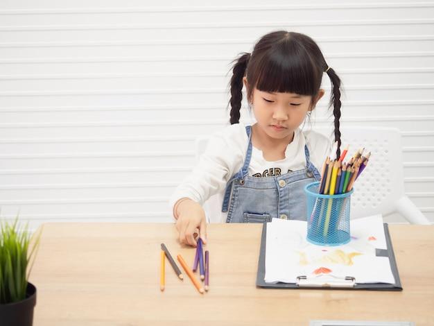 Les enfants font des dessins à la maison, concept de famille