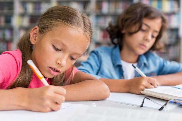 Les enfants font leurs devoirs ensemble