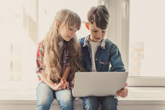 Enfants avec gadget