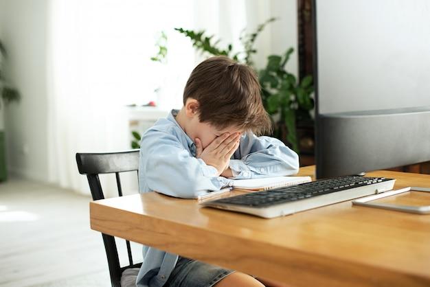 Enfants et gadgets. apprentissage à distance pendant l'isolement pendant la quarantaine. garçon et ordinateur portable à la maison. mode de vie. verrouillage et distanciation sociale