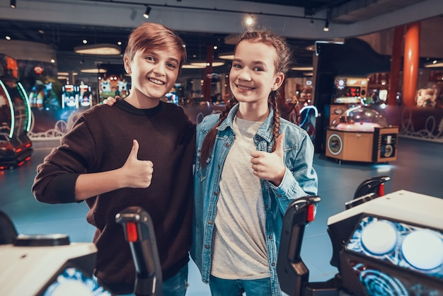 Les enfants gagnent dans le jeu d'arcade