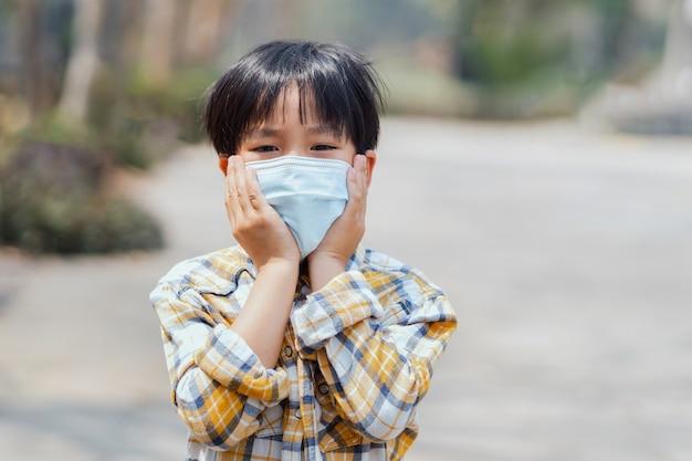 Enfants garçon portant un masque pour éviter la poussière et les virus