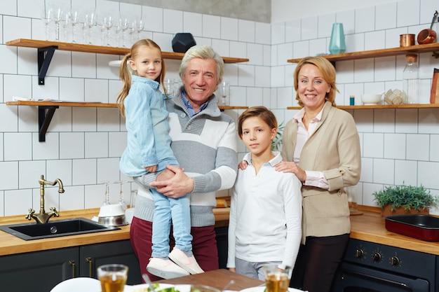 Enfants avec les grands-parents