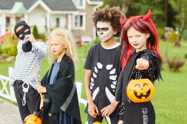Enfants à l'halloween avec des costumes