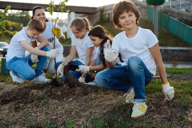 Enfants heureux aidant leur enseignant