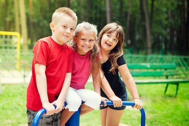 Enfants heureux sur aire de jeux