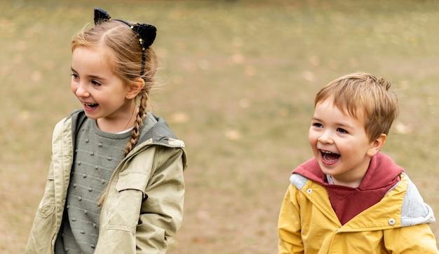 Enfants heureux à angle élevé à l'extérieur